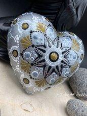 Cuore in gesso color argento con disegno mandala