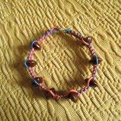 Braccialetto blu e rosso con perle di legno fatto a mano in macramè