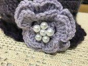 cappello berretto uncinetto di lana sfumata viola, fiore di lato, donna, ragazza