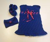 Set coordinato neonata composto da abitino, scarpine e fascetta blu acceso con dettagli rosa fucsia