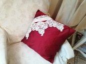 Cuscino quadrato in seta rosso con applicazioni