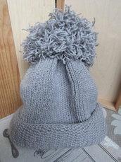 Fatto a mano un cappello grigio, con pompon. Formato 56-58 cm.