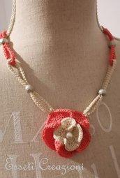 Collana con pendente  uncinetto rosa salmone ed ecrù e perle in metallo diamantato