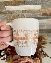 Tazza di ceramica bianca decorata con mandala oro rosa