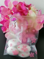 Sacchetto porta confetti opaco con fiorellii rosa e flamingo in legno