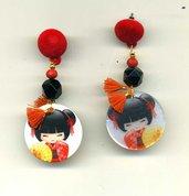 ORECCHINI pendenti in madreperla con bambolina giapponese rossa e nera