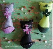 Teneri gattini in feltro con dettagli in feltro di lana e strass