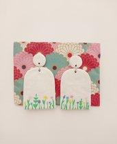orecchini pendenti bianchi floreali fatti a mano