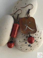 Orecchini in rame ideogramma 5 elementi Fuoco e Corallo