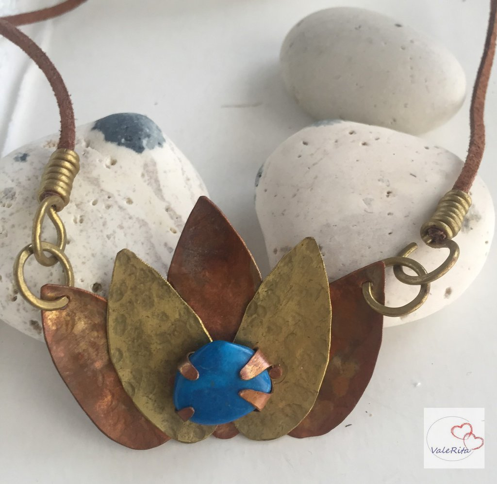 Ciondolo Fiore di loto in rame, ottone e pietra dura Apatite