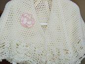 Preziosa mantellina/coprispalle lavorata a uncinetto con lana color panna e impreziosita da un fiore dal  contorno  rosa