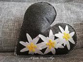 Cuscino in pannolenci a forma di cuore con stelle alpine
