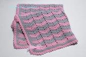 Copertina a uncinetto con lana merinos rosa e grigio con motivo a onde