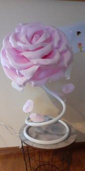 Lampada con rosa rosa