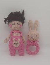 Sonaglino con coniglietto e bambolina abbinata per bimba.