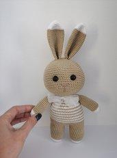 Coniglietto con maglia e fiocco