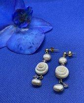 Orecchini con conchiglie e biconi in cristallo