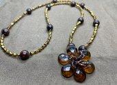 Collana con perle in legno marrone scuro, biconi acrilico color oro e perline conterie