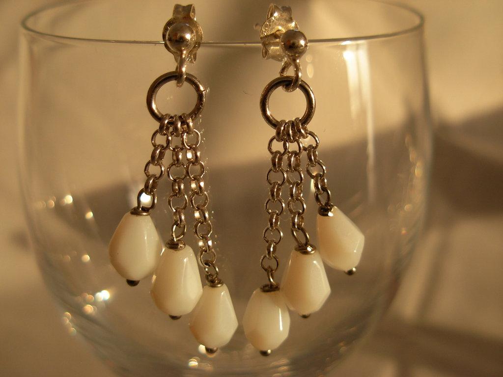 orecchini in argento e gocce bianche