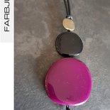 Collana ciondolo con elementi piatti in resina colore prugna/nero/oro