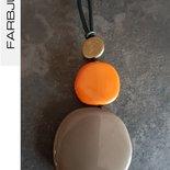 Collana ciondolo con elementi piatti in resina colore fango e terracotta