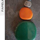 Collana ciondolo con elementi piatti in resina colore verde/terracotta/argento spazzolato