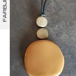 Collana ciondolo con elementi piatti in resina colore cammello/oro spazzolato