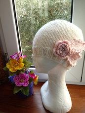 Cappello a maglia, in lana, con fiore di Rosa