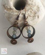 Orecchini fatti a mano anelli con spirale in rame e agata azzurra