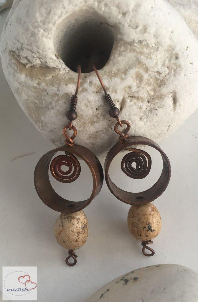 Orecchini fatti a mano anelli con spirale in rame e pietra paesina