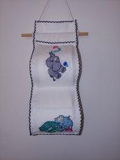 Grazioso portarotolo per carta igenica realizzato a mano in tessuto di puro cotone  impreziosito da due animaletti realizzati a punto croce
