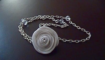 collana rosa bianca