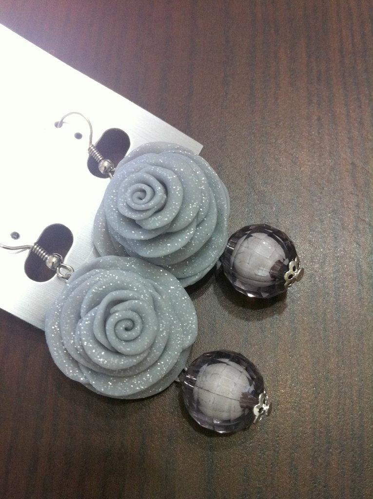 orecchini grigi con effetto lucente