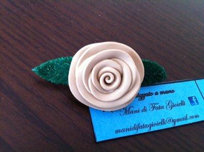 spilla rosellina realizzata a mano