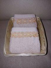 Set: cestino con coppia di  lavette di spugna impreziosito con pizzo macramè