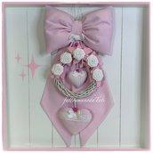 Fiocco nascita in piquet di cotone rosa decorato con corona in viticcio, roselline bianche e un cuore rosa
