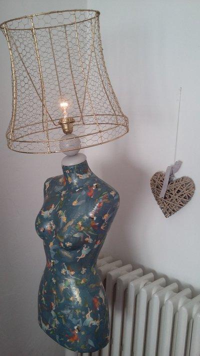 Lampada con piantana  manichino rivestito con decoupage