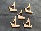 Set 10 pezzi in legno di rovere per formare 5 barche a vela stilizzate