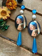 Orecchini pendenti in legno decorato, perle e pietre dure con perni in cristallo