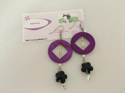 Orecchini pendenti in resina viola ciclamino.