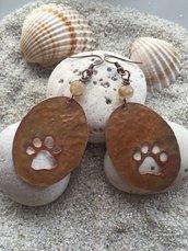 Orecchini fatti a mano in rame ovali con impronta di una zampa e pietra di quarzo rutilato