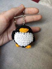 Portachiavi pinguino all'uncinetto amigurumi - spedizione gratuita