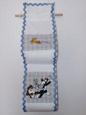 Originale porta carta igenica in puro  cotone  rifinito con merletto zig zag e con l'applicazione di gatto silvestro e titti ricamati.