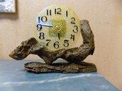 Orologio in resina epossidica da appoggio su piedistallo in legno