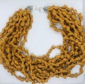 Collana fatta a mano con la fettuccia di colore giallo senape