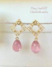 Orecchini romantici con pietre dure rosa e perni in zama