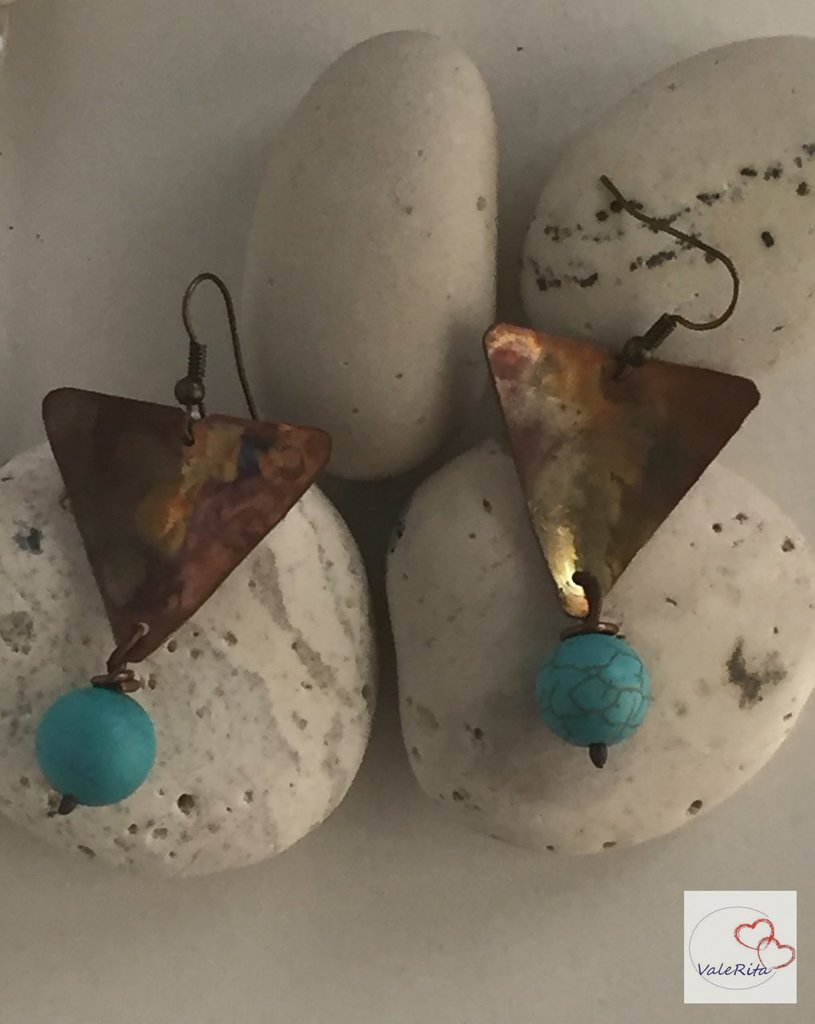 Orecchini artigianali in rame triangolari con pietre di aulite turchese