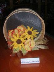 Composizione fiori realizzati all'uncinetto - Staccio con Girasoli e Rose