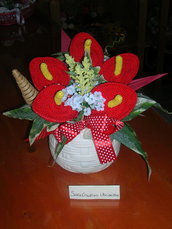 Composizioni fiori realizzati all'uncinetto - Anturim rossi in vaso bianco
