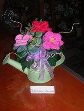 Composizioni fiori realizzati all'uncinetto - fiori rosa in annaffiatoio di latta verde